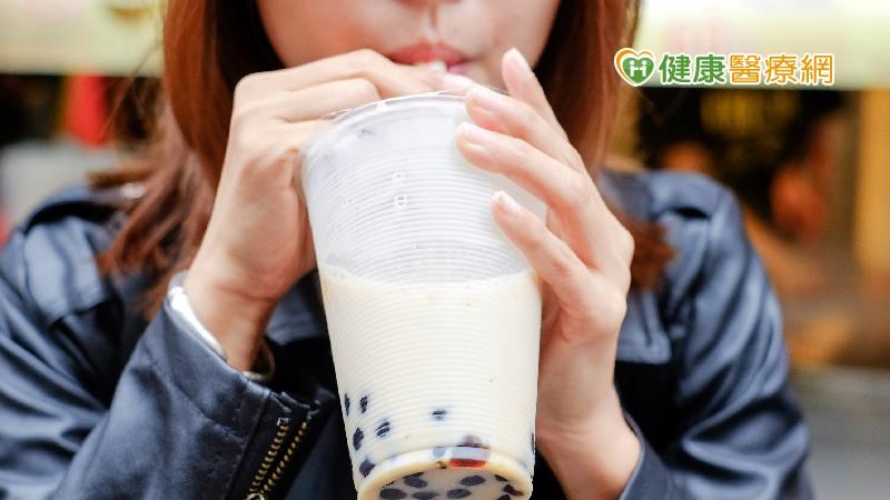 一杯大杯半糖手搖飲熱量、糖分大爆表! 6作法喝進健康、降負擔