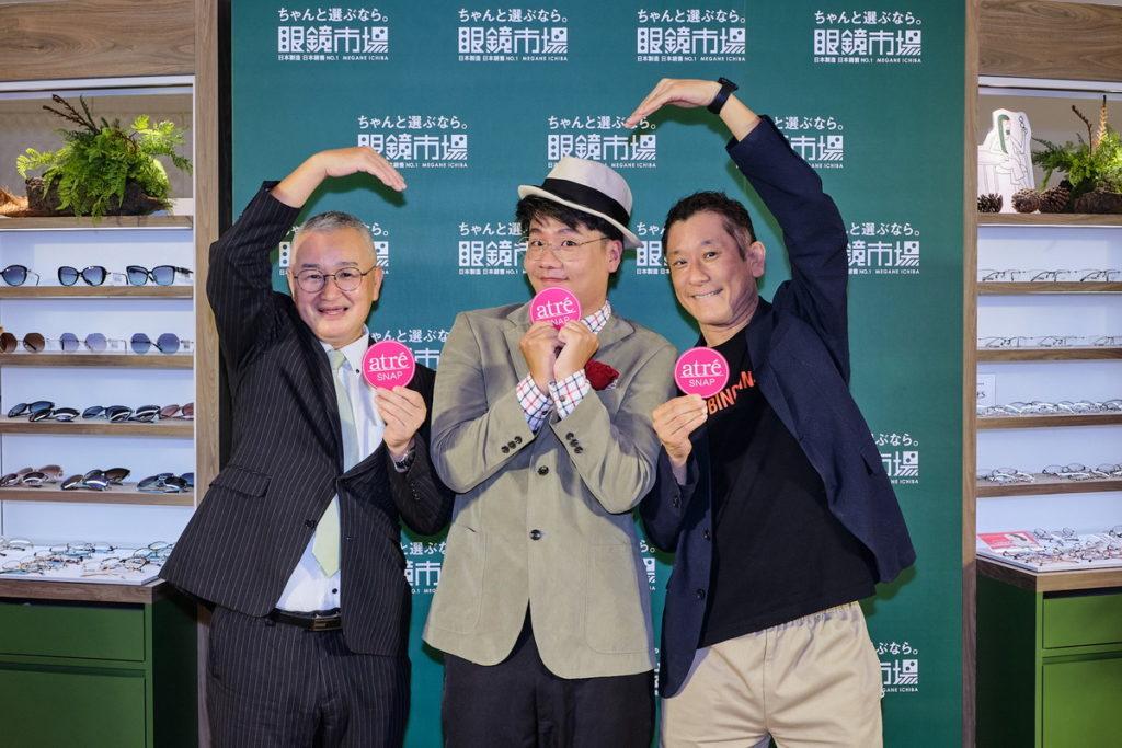 阿翰出席台灣眼鏡市場微風南山atre店開幕活動,與台灣眼鏡市場高村總經理及微風南山艾妥列伊藤總經理一同合影。