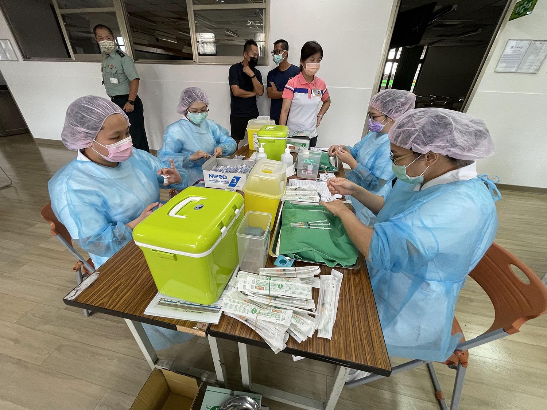 臺中慈濟醫院特地安排四位護理師,負責疫苗稀釋以及疫苗抽取工作,確保疫苗品質。