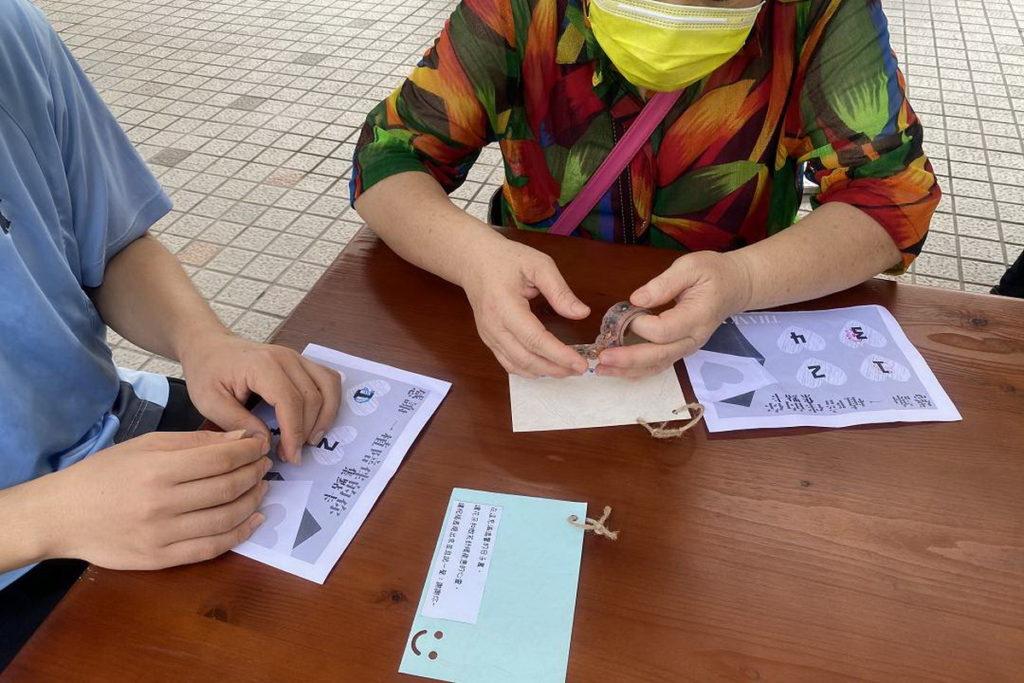 參與者透過膠帶拼貼,製作創意感恩小卡,寫下平常羞於開口的感謝。