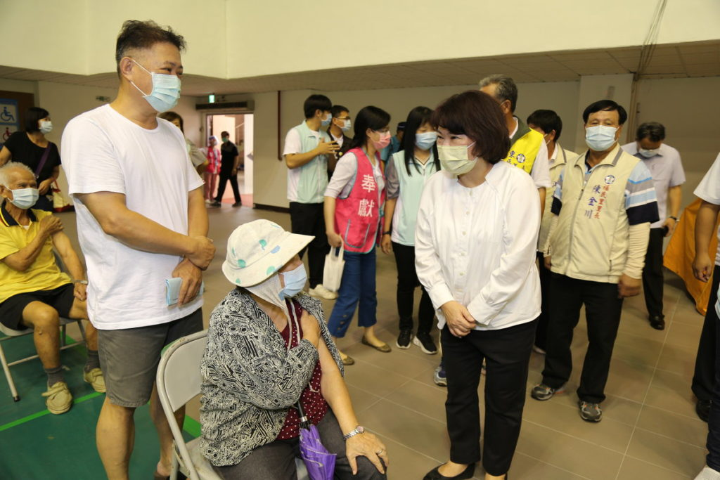 市長關心長者施打第二劑莫德納疫苗狀況 _嘉義市政府提供