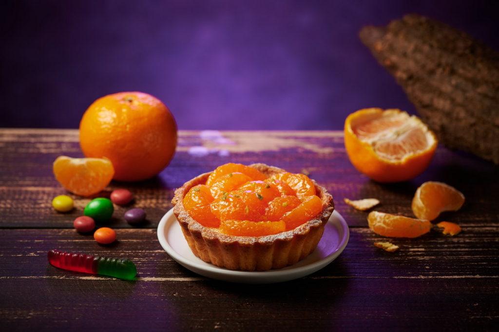 開平餐飲學校師生共同研發的「八腳怪橘乳酪塔」,檸檬奶佐以輕柔乳酪慕斯、搭配微酥法式沙布列塔皮,上層鋪上8~10片橘瓣點綴,清爽酸甜的好滋味。永豐餘X全聯/提供