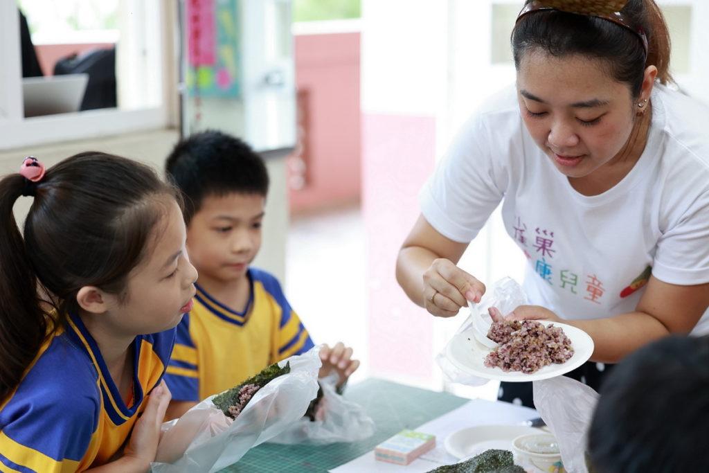 社會永續──「雀巢健康兒童計畫」攜手董氏基金會走進校園,從本業職能出發,讓營養知能從校園扎根,賦能老師與家長培育更健康的下一代。