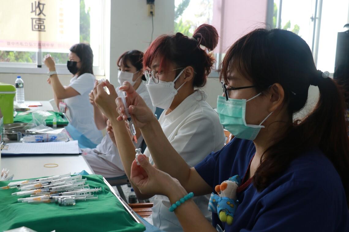 感恩三基金會購捐疫苗 弘文中學師生願傳愛回饋