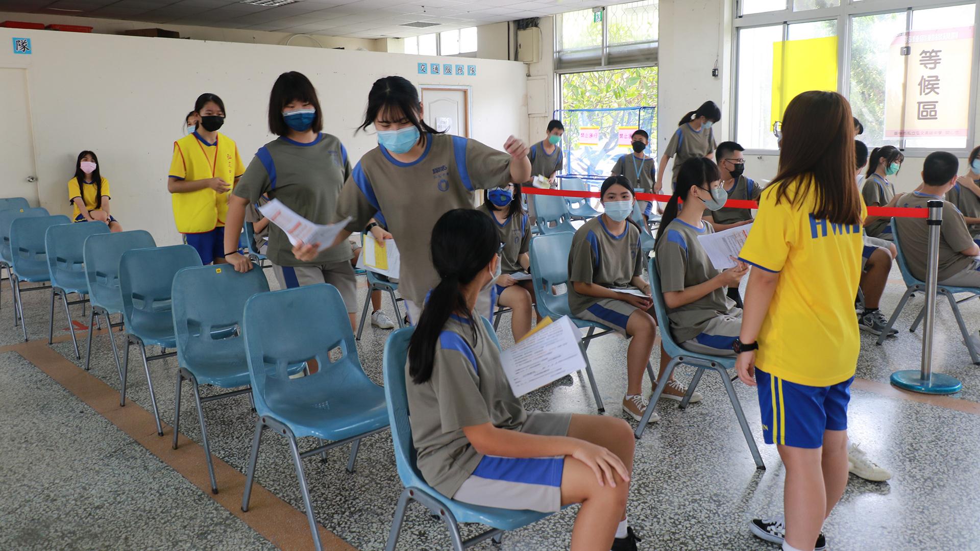 弘文中學高中部學長姊(著黃上衣)協助維持秩序。