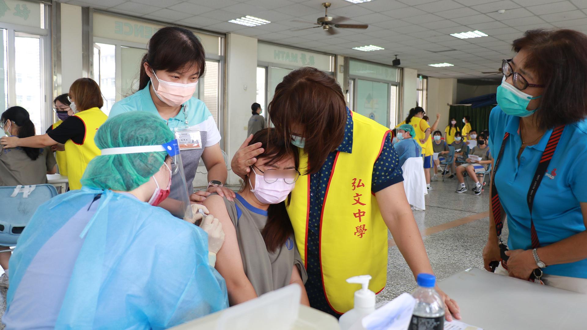 弘文中學志工媽媽協助安撫學生緊張的情緒。