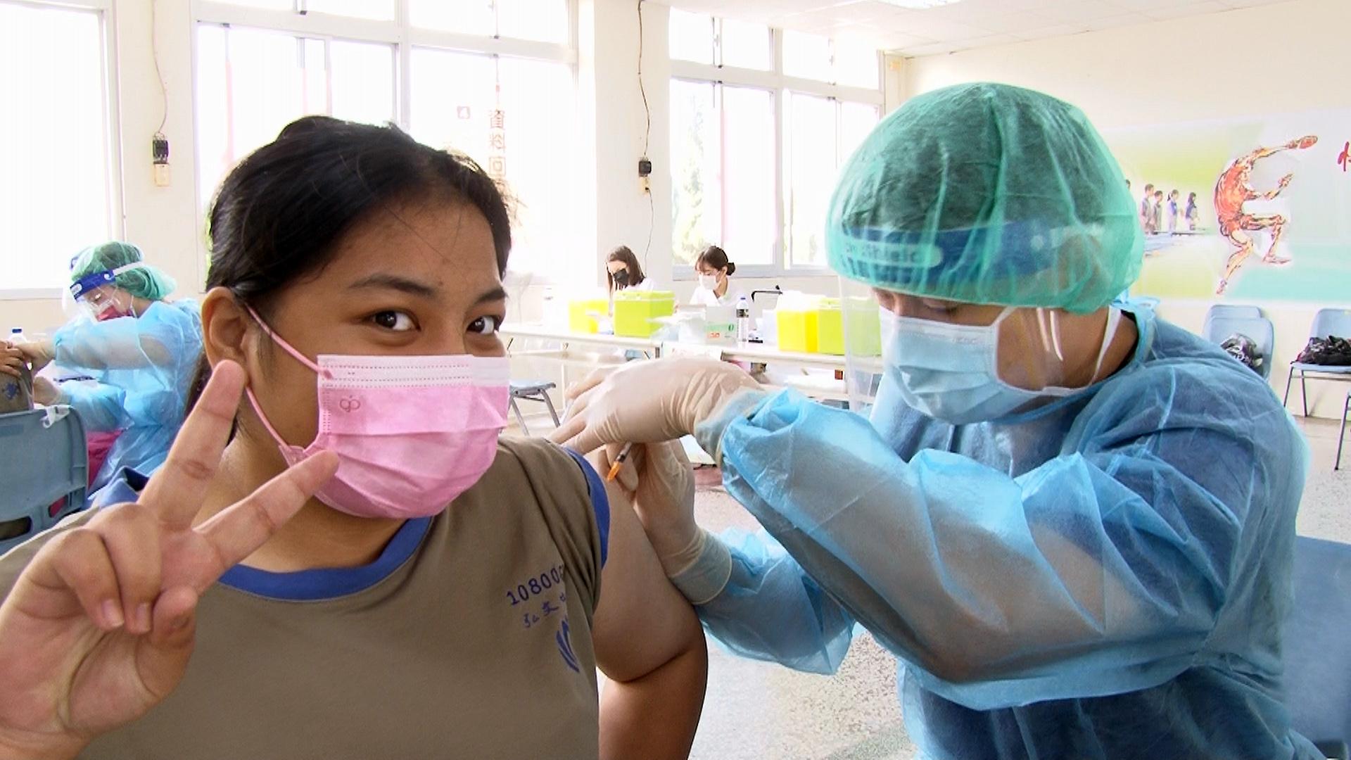 國三高姓女同學開心接種疫苗,也許下未來助人心願。