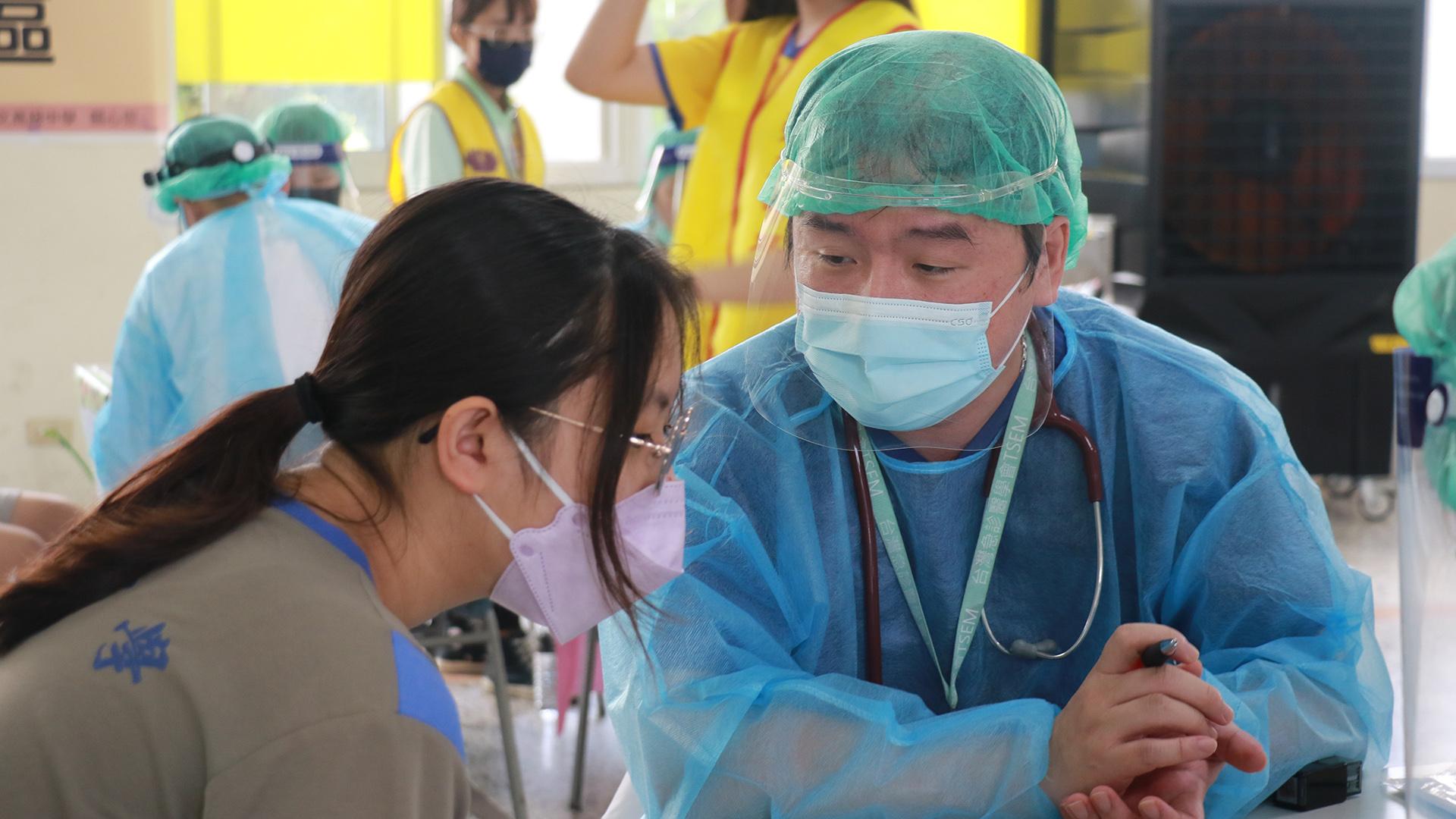 李豐佑醫師仔細評估接種人的情況並給予衛教。