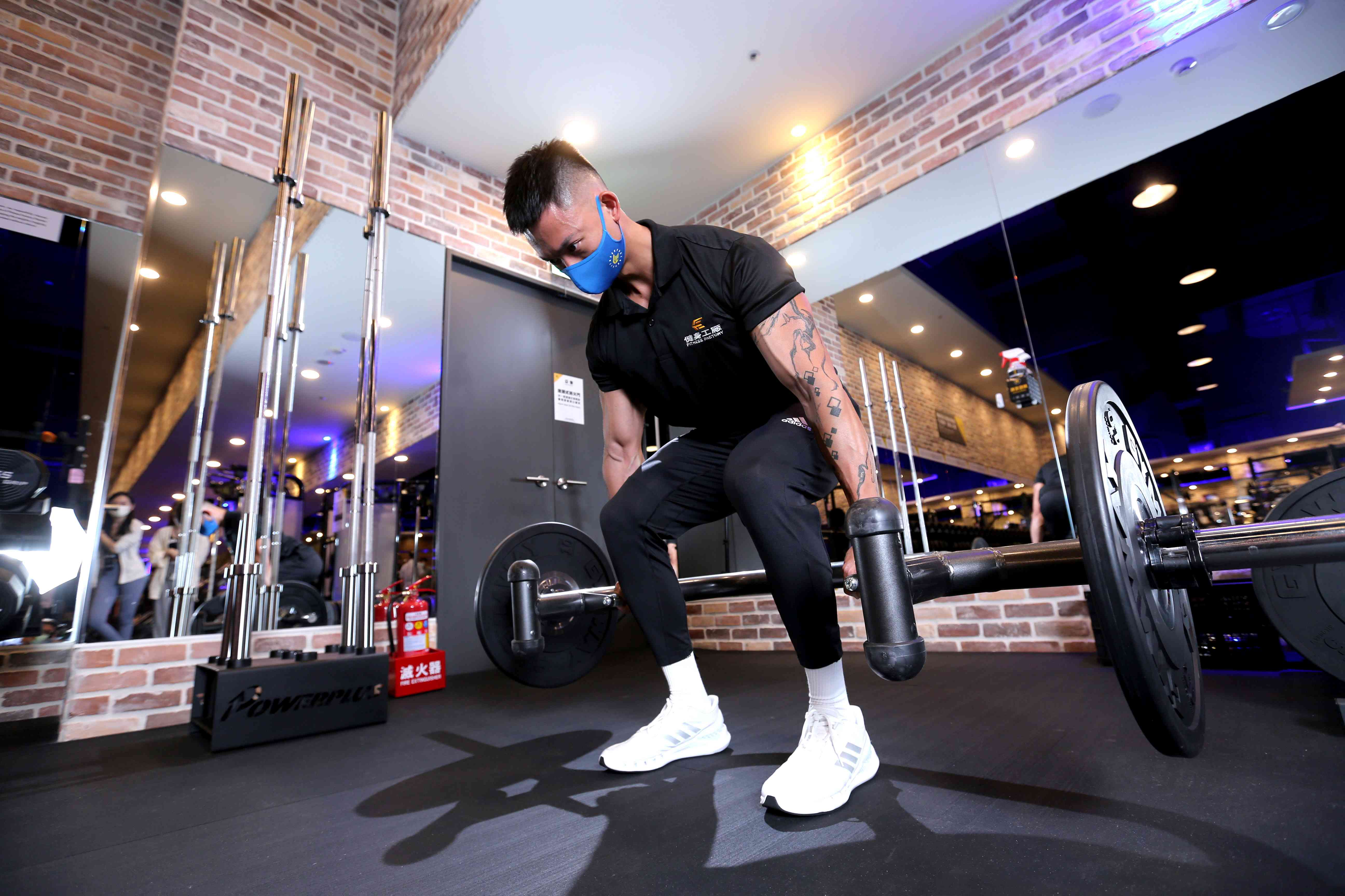 健身工廠教練推薦能有效強化臀部及腿部肌群的「六角槓硬舉」