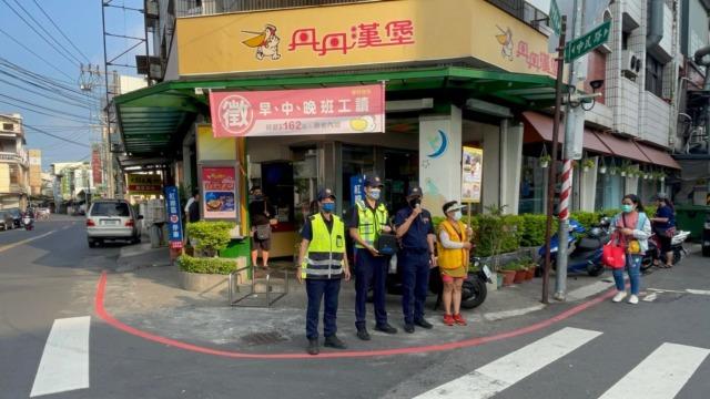 岡山警響應交通安全月 路口宣導執法大進擊