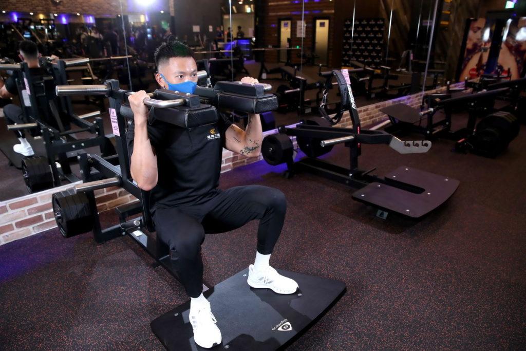 「機械深蹲」對肩關節活動度要求更低,操作上比一般自由重量深蹲安全,容易上手。