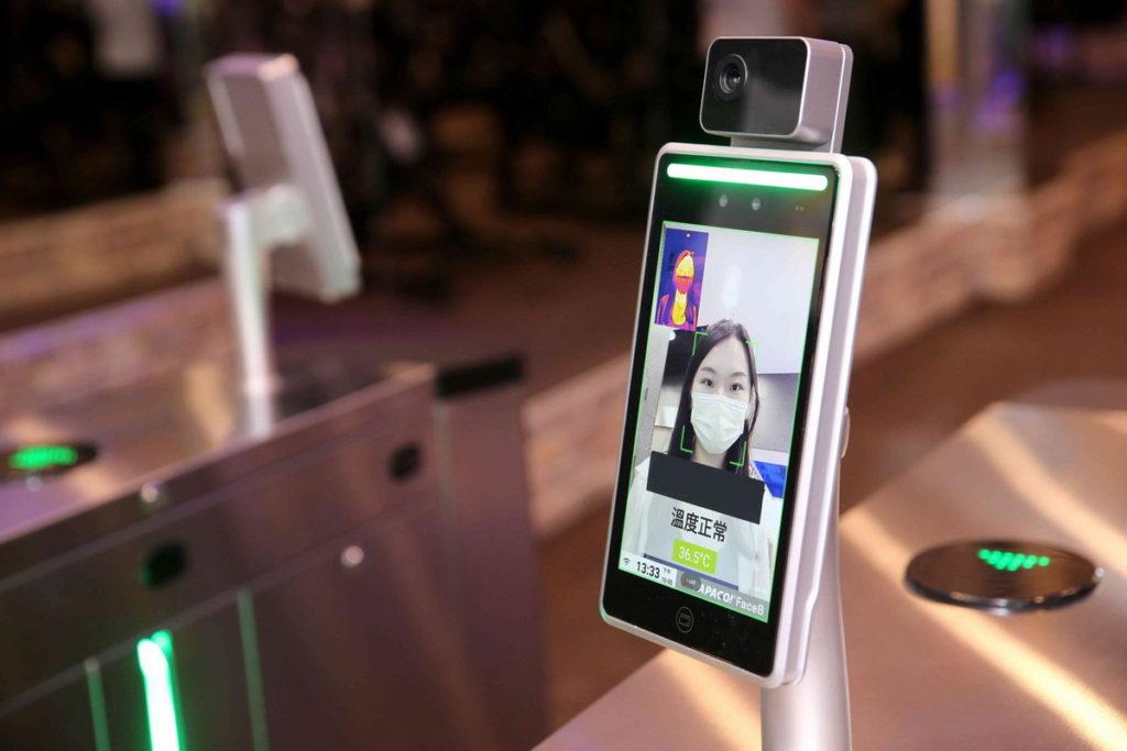 人臉入廠辨識系統也迅速提升到2.0版本,民眾戴著口罩也能辨識入場,降低感染機率。