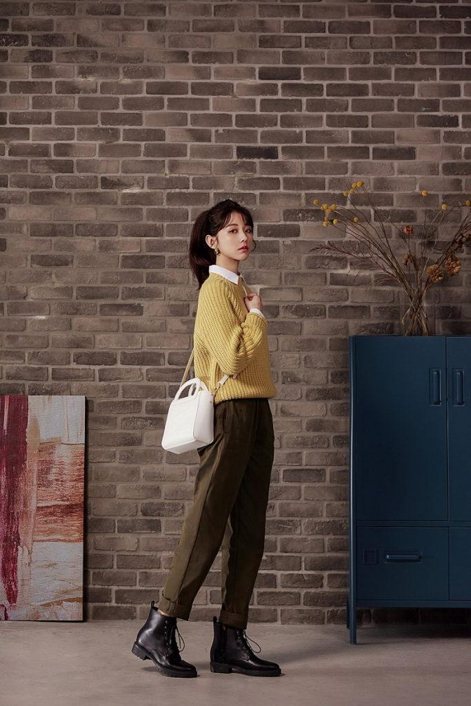 GU「品牌好友」邵雨薇選擇亮眼的芥末黃色「高領粗紡針織衫」,恰到好處的高領設計可內搭襯衫展現層次感,再搭配橄欖綠的「Chef pants主廚褲」,打造專屬秋冬的質感大地色穿搭。
