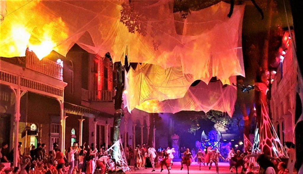 網友敲碗 惡靈餐廳、夜間遊行每周五加場演出。圖 六福村提供