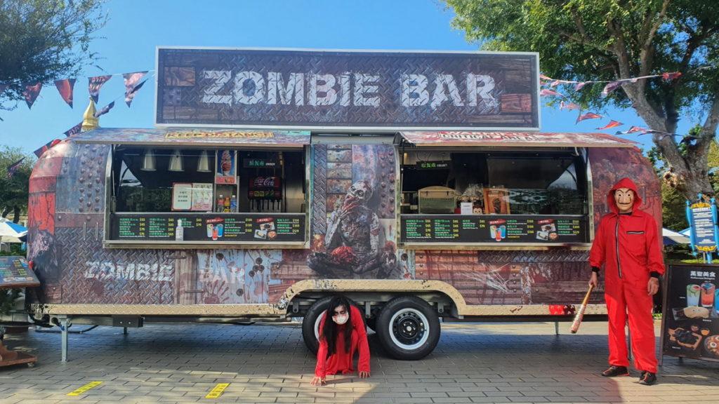 以美式餐車亮相的「喪屍酒吧」是園區人氣拍照亮點之一。圖 六福村提供