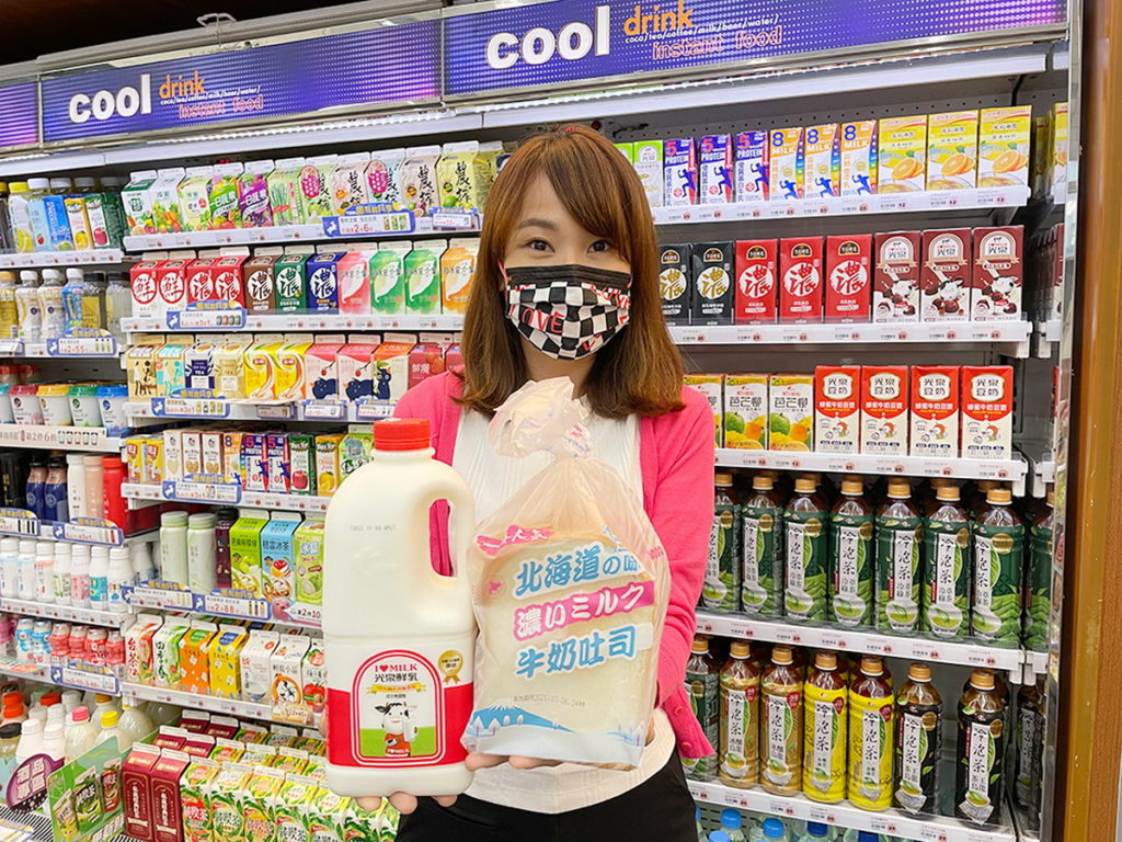 萊爾富推出營養早餐組合光泉鮮乳0.5加侖(售價179元)和北海道風味家庭號吐司(售價50元),現在使用1張200元的紙本振興券就能買到,直接現省...