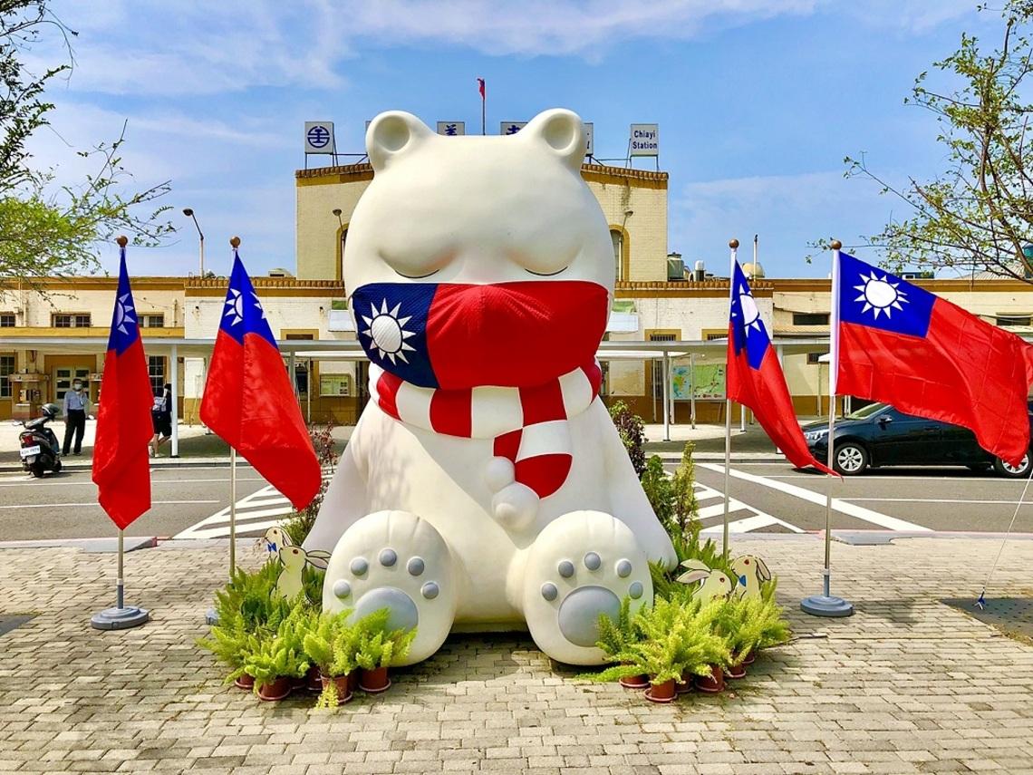 嘉義市火車站沉睡大白熊換上新款口罩迎接國慶
