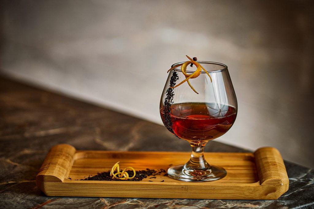生活中充滿酸、甜、苦、鹹。想放鬆必點「有種味道叫做家」,使用蘭姆酒做為基底,搭配伯爵茶及柑橘香氣,就像回到最初,與家人團聚的快樂時光。(圖/台北新板希爾頓提供)