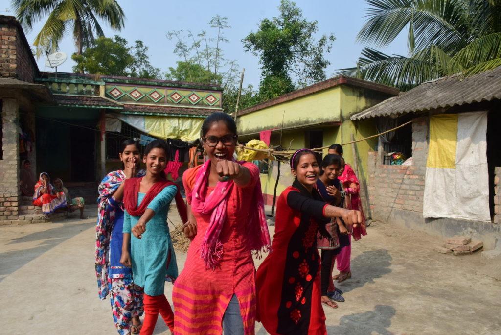 在COVID-19疫情期間,印度西孟加拉邦的慕蘇米﹙Mousumi﹚和其他女孩自發地組成「女孩力量」,拯救差點被童婚的少女,展望會也在當地陸續成立291個「女孩力量」。(台灣世界展望會提供)