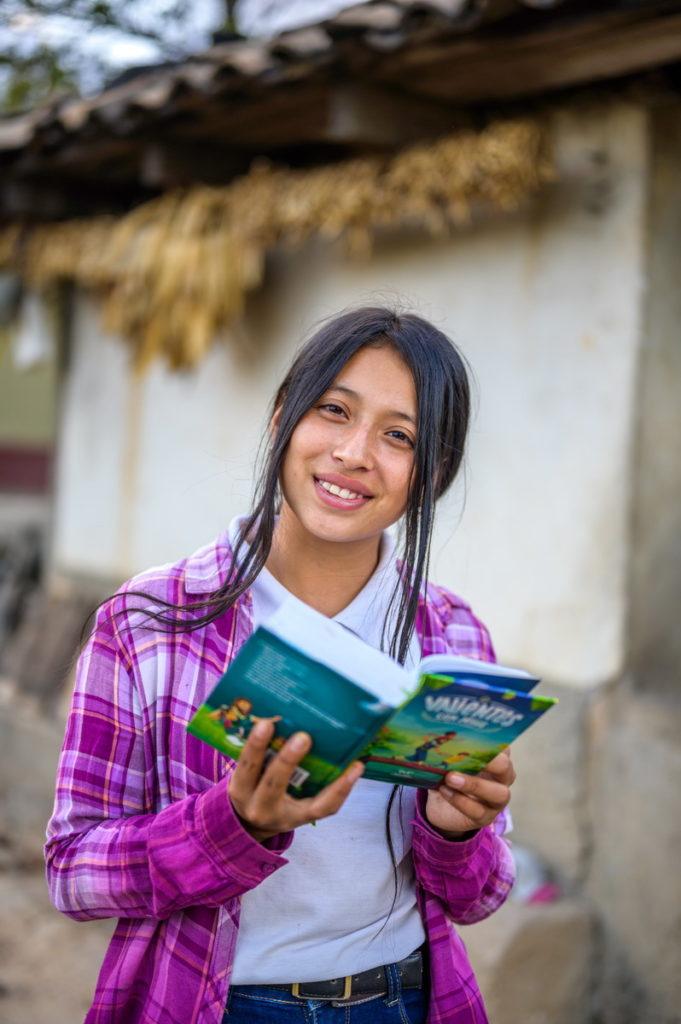 年僅13歲的宏都拉斯女孩娜荷蜜,以壓倒性票數被推舉為青年市長,她說「接受資助改善我的生活,而接受教育讓我有能力照顧家人、社區!」(台灣世界展望會提供)