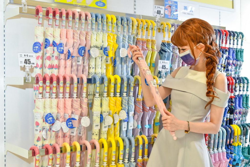 店內同品項根據幼兒年齡區分陳列,協助消費者輕鬆選購(台灣阿卡將本舖提供)