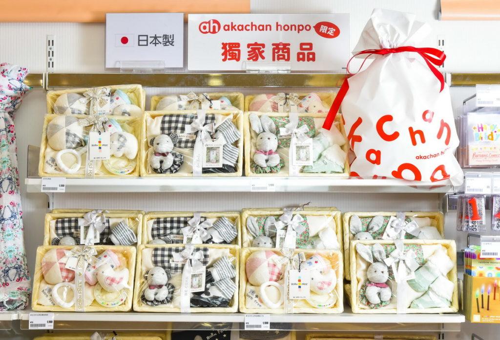 店內販售品項多達 5,500 種,其中超過五成是阿卡將本舖獨家限定商品(台灣阿卡將本舖提供)相關商品及促銷均為採訪當時之內容
