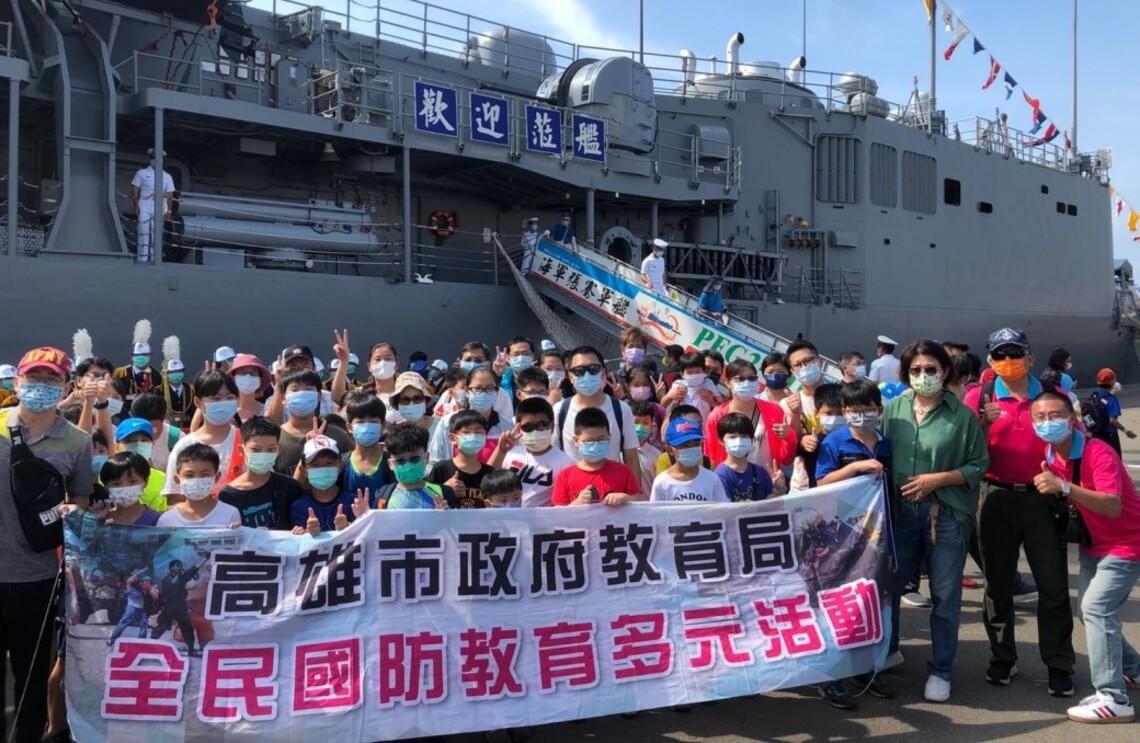 三民家商學子登艦參觀海軍軍艦    歡慶國慶煙火在高雄
