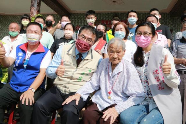 重陽節 黃偉哲探訪鹽水107歲人瑞 陳黃色阿嬤