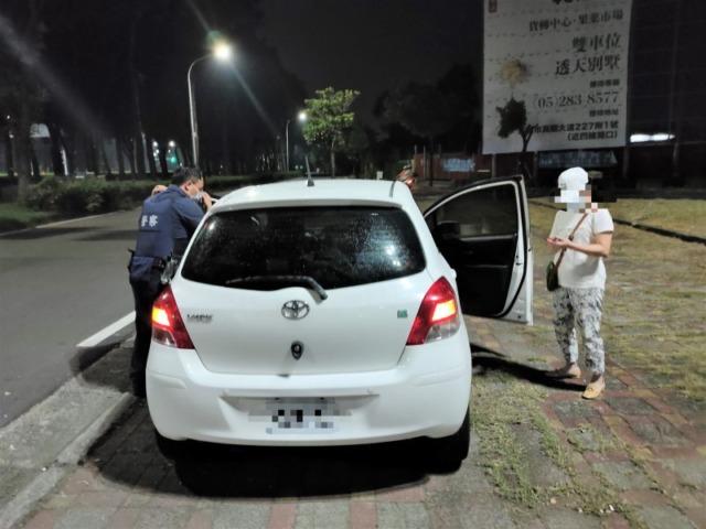 車輛拋錨停卡快車道 竹園警及時援助女子解困