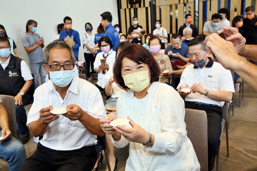 左起_嘉義農業試驗分所吳永培博士與黃敏惠市長 分享幸福嘉義米