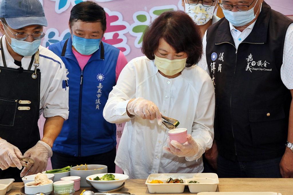 黃敏惠市長以幸福嘉義米製作便當