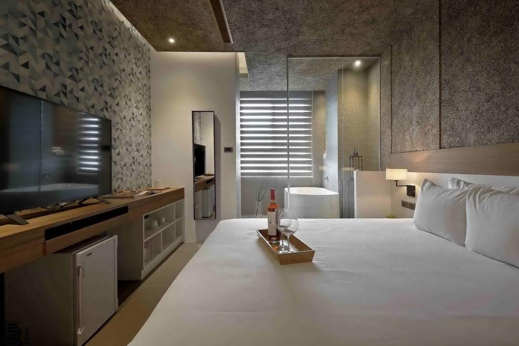 位在「南投」的「日月潭桂月村民宿」,房間裝潢大方富有質感。(圖片由Booking.com提供)