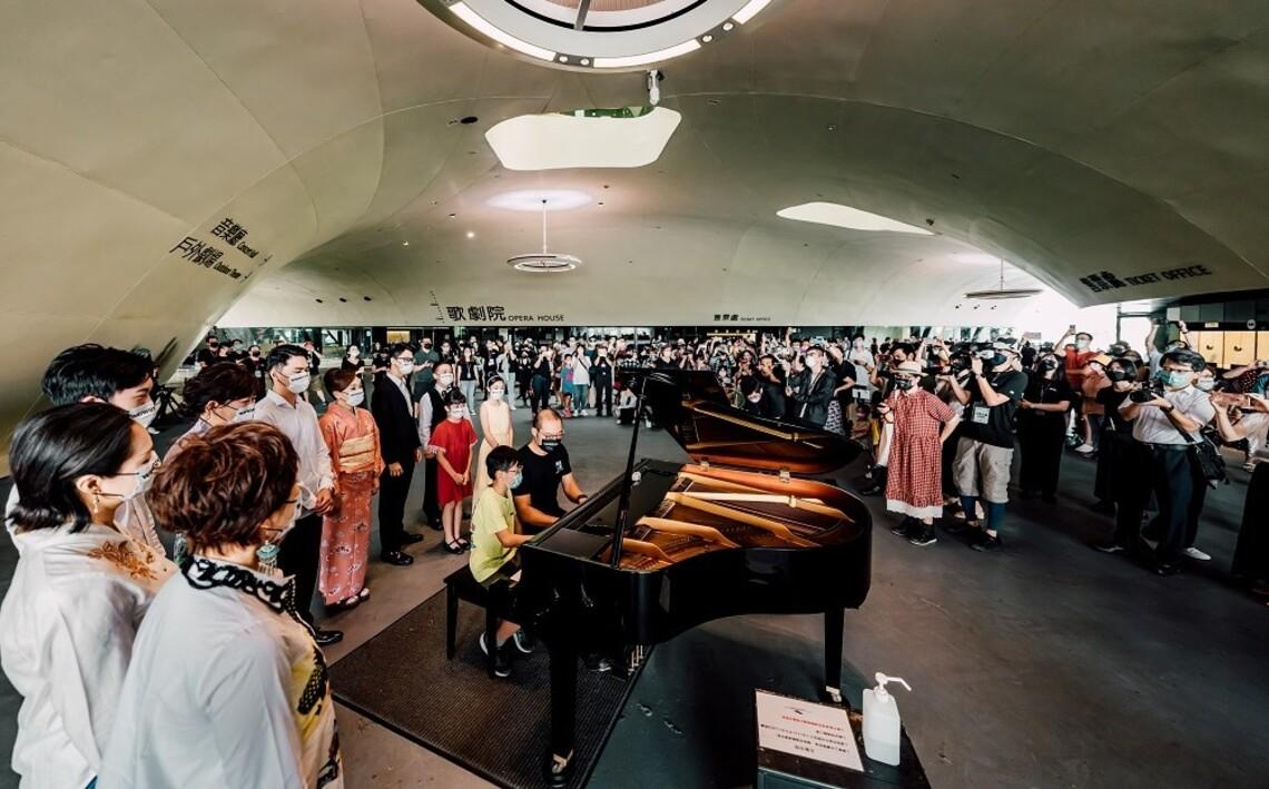 【衛武營週年慶3.0】 簡文彬率素人歌劇演唱者  以「生日快樂歌」與眾人歡樂慶生