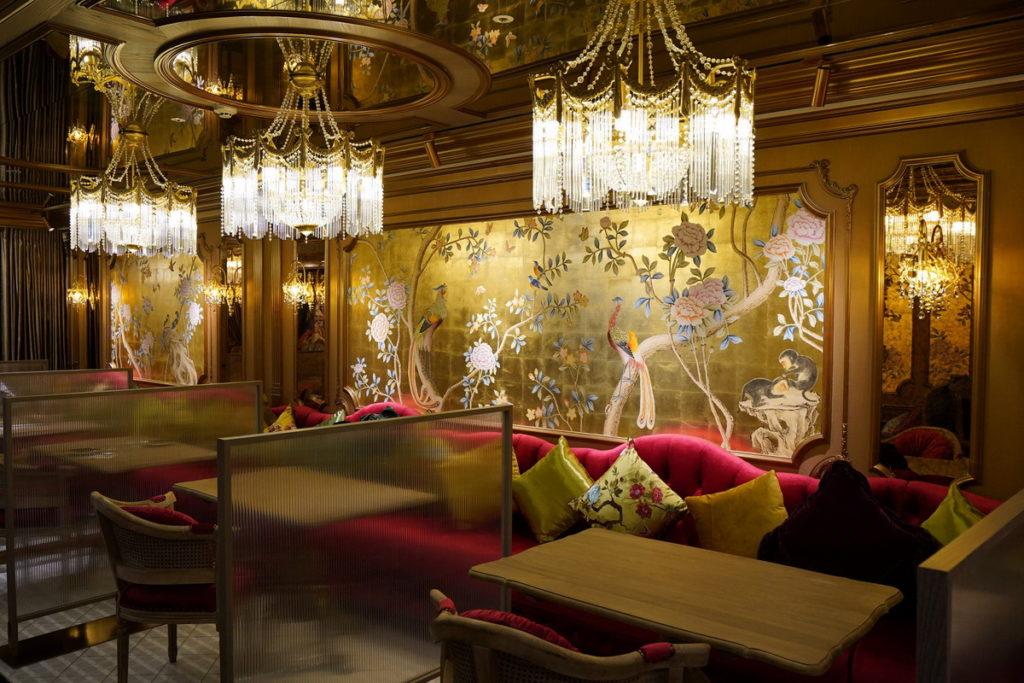 「Pd by petit doux」運用天鵝絨、絲綢、吊燈、東方壁畫等元素設計用餐環境,將現代的東區百貨空間幻化成金燦閃耀的豪華古堡。