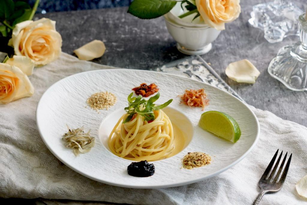 結合Cacio e pepe與Carbonara兩種義大利麵形式,可隨個人喜好自由搭配日式胡麻油辣醬、烘烤櫻花蝦、白芝麻粒、新鮮檸檬片、柚子七味粉、昆布醬、吻仔魚,調配專屬自己獨一無二的風味。(售價250元)