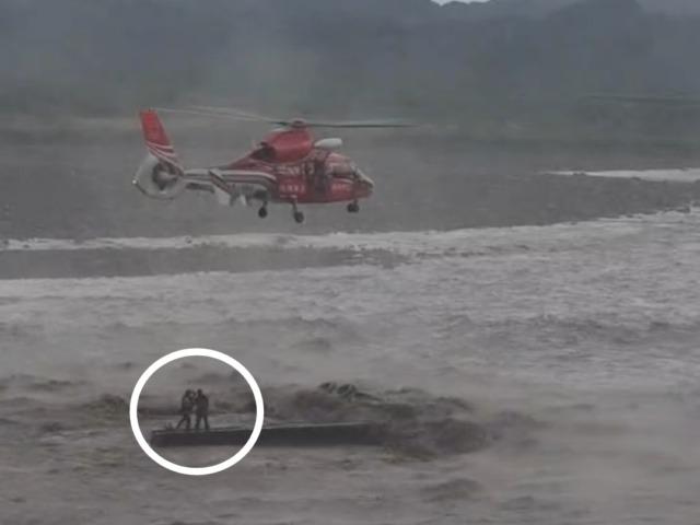 圓規颱風影響荖濃溪水暴漲 疏濬工程人車受困直昇機救援