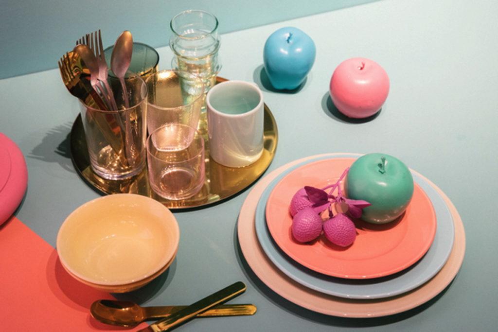 連餐具選擇也毫不馬虎,多彩的餐盤、茶杯,讓你就算只是喝水、用餐也能像是住在繪本裡一般的夢幻。(圖片來源:©ASOBISYSTEM)