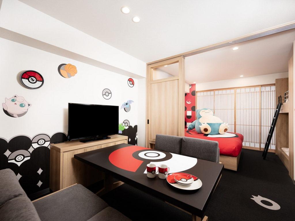 隨處可以看到紅白相間的精靈球圖案,在床罩、餐桌、餐具等房內各個角落,讓你輕易化身寶可夢大師。(圖片來源:©COSMOS HOTEL MANAGEMENT Co., Ltd.)
