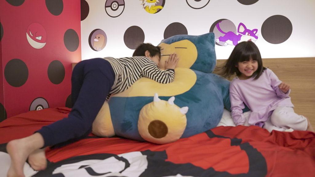 放在床上的巨大卡比獸玩偶,是最受小朋友喜愛的貼心設計。(圖片來源:©COSMOS HOTEL MANAGEMENT Co., Ltd.)