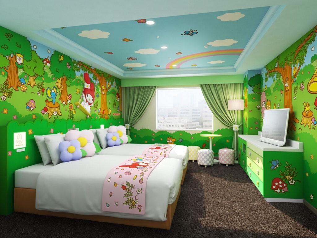 天花板以藍天、彩虹來上色的「美樂蒂房」,搭配森林綠原色的大面牆壁,舒適宜人的空間氛圍。(圖片來源:©1976, 2019 SANRIO CO., LTD.)