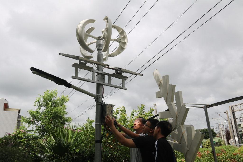 弘光科大與中部社區共築低碳宜居環境,在社區設置風力與太陽能互補的路燈