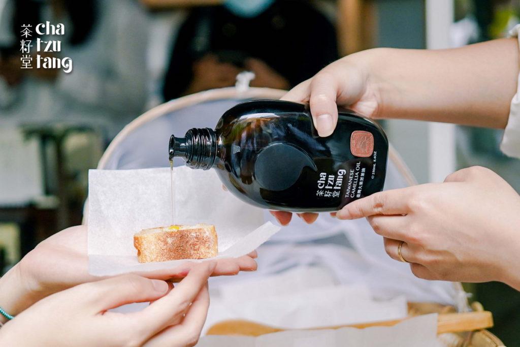 現場提供麵包沾取苦茶油,品嚐厚醇滋味。