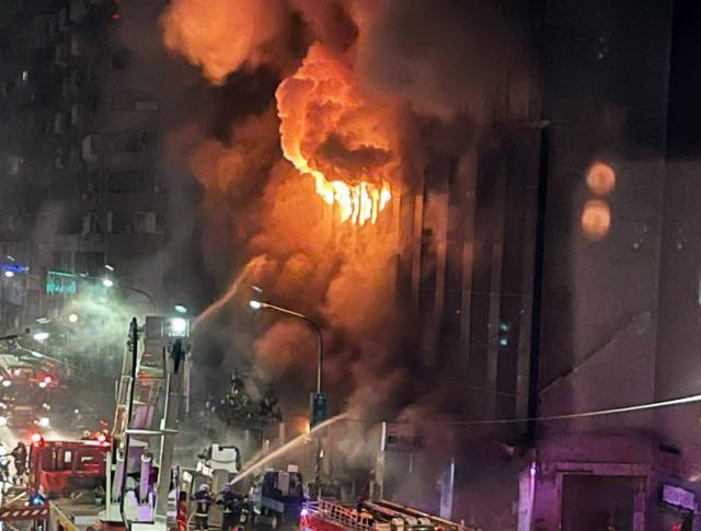 高雄城中城大樓凌晨大火 26人送醫3命危 不排除遭縱火