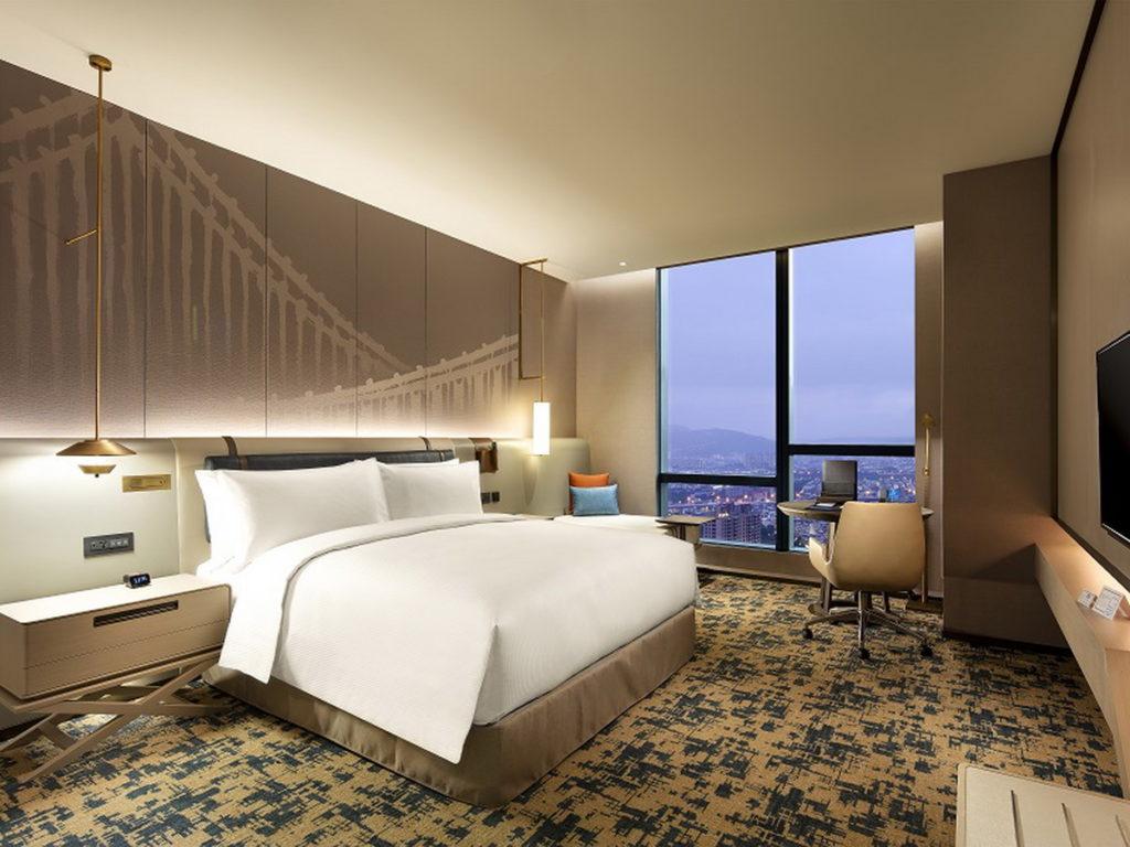 台北新板希爾頓酒店即日起至11月15日推出三周年線上旅展,雙人入住希爾頓客房一泊一食3,500元。(圖/台北新板希爾頓酒店提供)