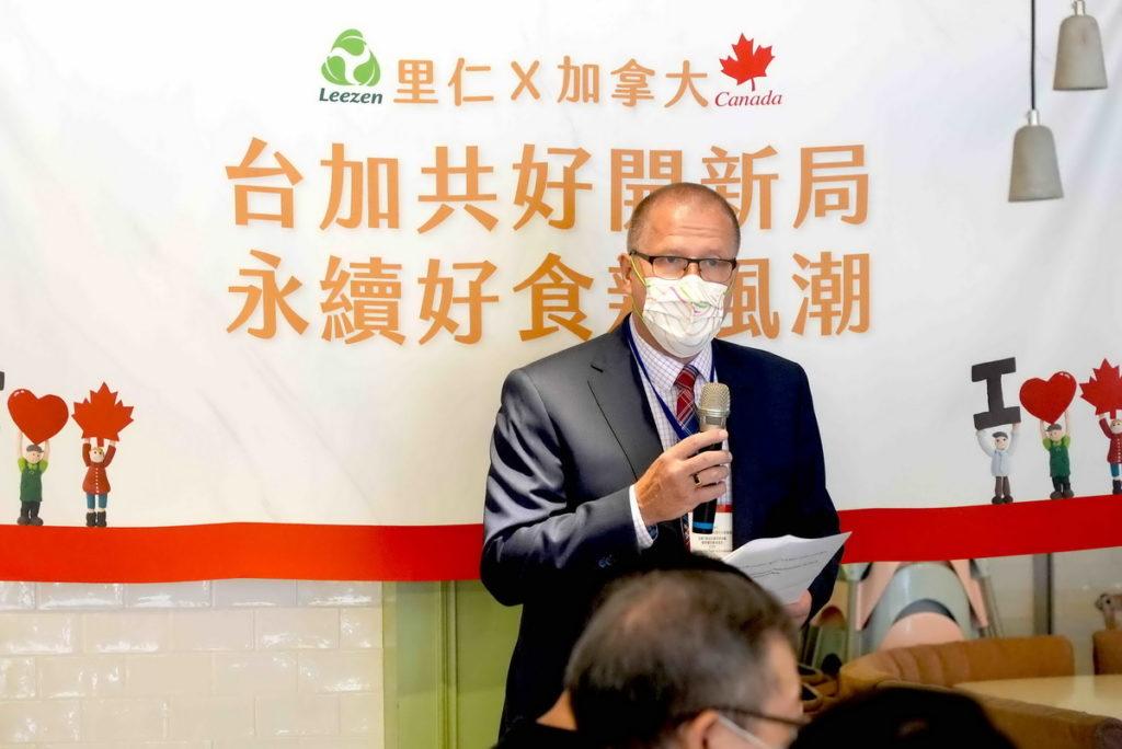 加拿大貿易投資處處長敬獵人(Ed Jager)祝賀臺加合作創新產品上市