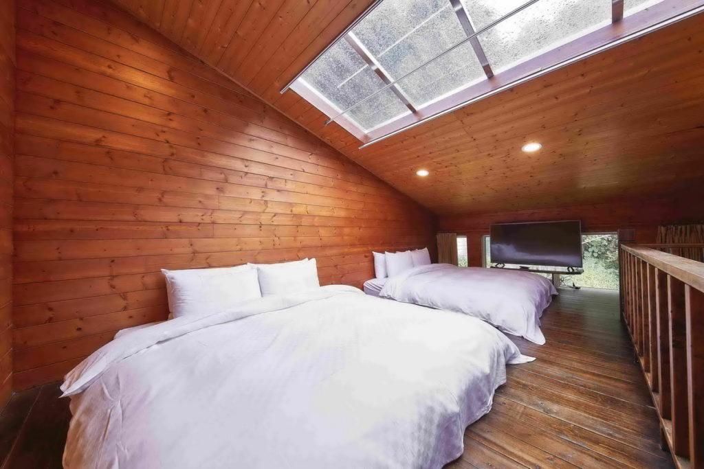 「雲鄉溫泉山莊」客房以木頭裝潢,整體風格沉穩且環境舒適。(圖片由Booking.com提供)