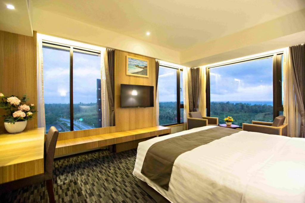 「台東凱旋星光酒店」每個房型皆設置大型落地窗,讓房客能夠輕鬆坐享景色。(圖片由Booking.com提供)