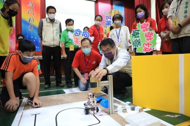 黃偉哲積極推動數位科技教育